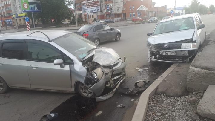 Toyota Probox с взорвавшимся колесом выехала на встречку и попала в аварию