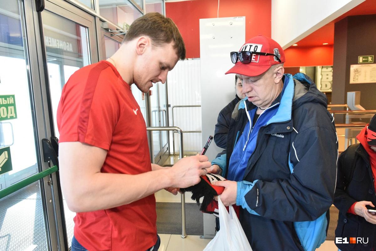 И все хоккеисты, конечно же, раздавали автографы и фотографировались с гостями