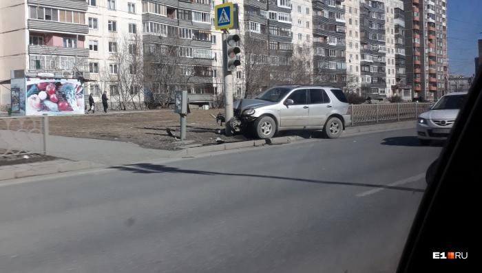 Mercedes-Benz оказался сильно повреждён от удара о столб