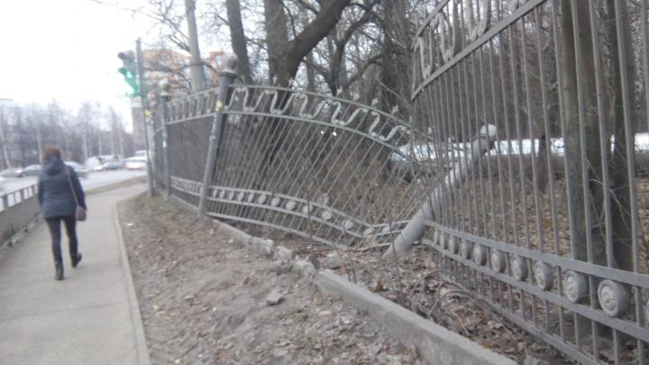Работа для супермена! Рассказываем, как губернатор помог мэру за день починить забор парка «Дубки»