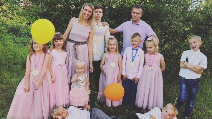 У отца-героя из Омска сразу пятеро детей 1 сентября отправятся в первый класс
