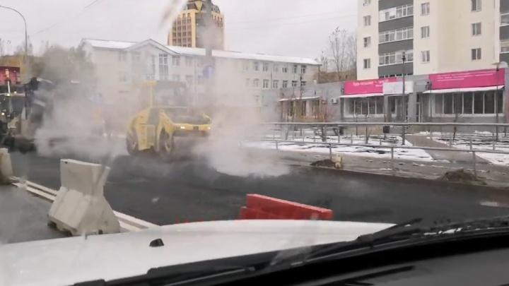 На Червишевском тракте рабочие укладывали асфальт в лужи во время осадков