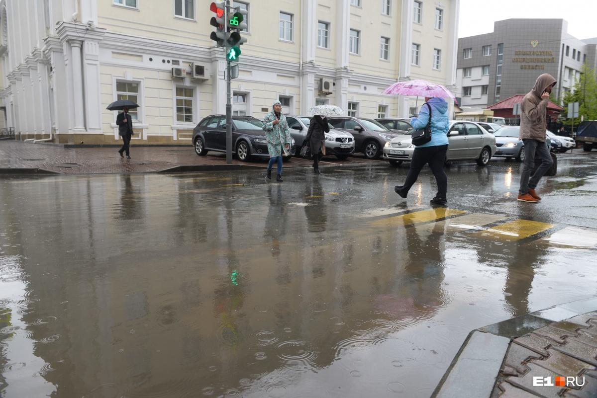 Затопленные улицы и неработающие светофоры: последствия ливня в Екатеринбурге в режиме онлайн