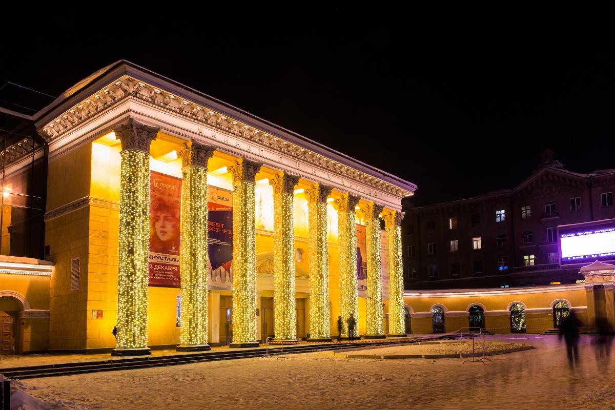 Сейчас 8 колонн здания кинотеатра украшены новогодними гирляндами