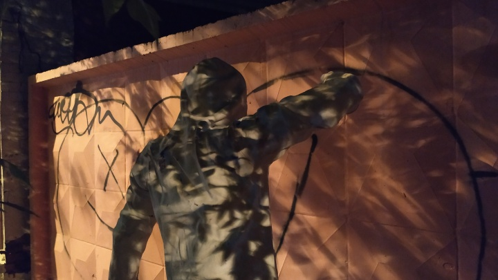 В темноте кажется, что он живой: на Малышева установили арт-объект в честь всех уличных художников