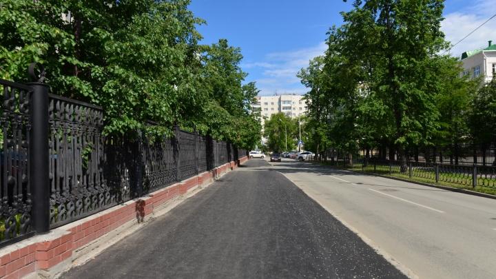 Участок в центре Екатеринбурга, где раньше росли клены, закатали в асфальт