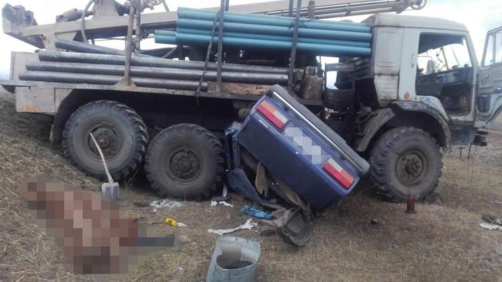 Смертельное попадание: в Башкирии «семерку» смяло под КАМАЗом