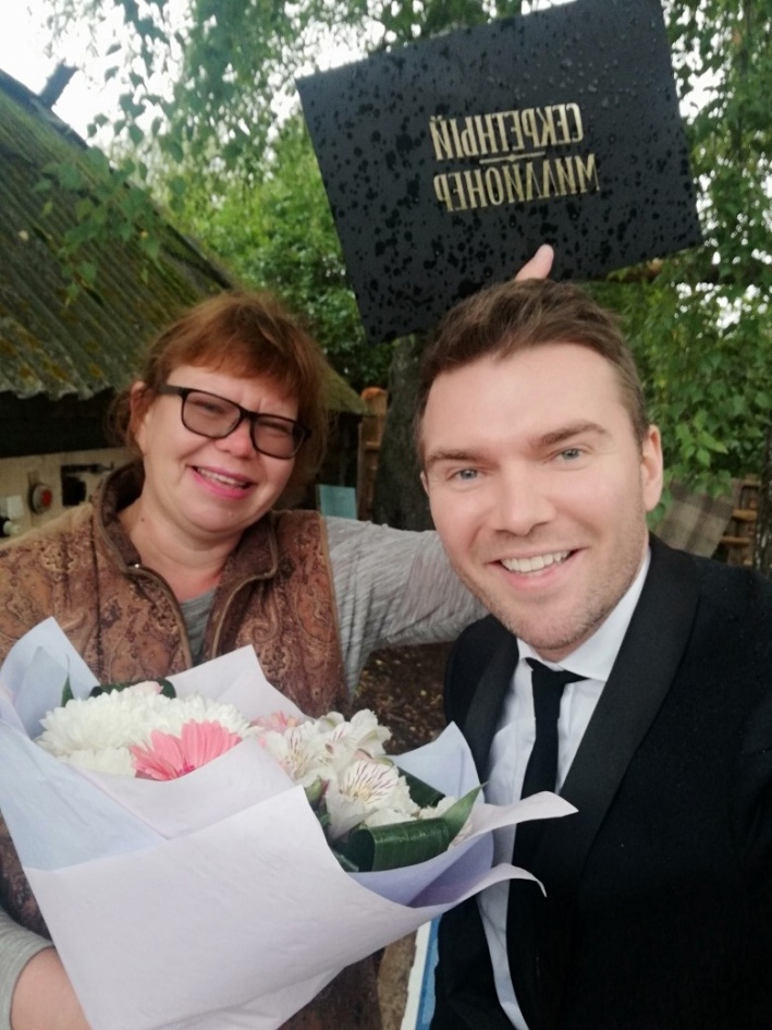 Жительница Кунгура Ольга показала Андрею Искорневу, как живут обычные люди, на ее огороде миллионер копал картошку, а потом развозил ее по нуждающимся семьям