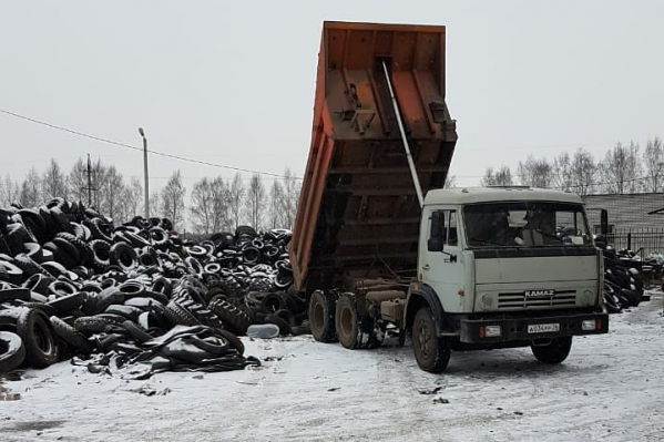 С мусорных площадок вывезли две машины, в каждой из которых было по 16 тонн автомобильных покрышек