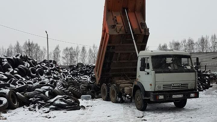 Опасные отходы: в Ярославле водители завалили дворы тоннами старых покрышек