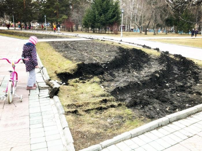 Фура повредила не только клумбу, но и тротуар в центре Нарымского сквера