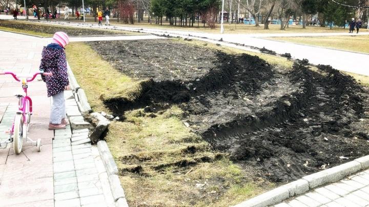 Фура разворотила тротуар и клумбу в центре Нарымского сквера