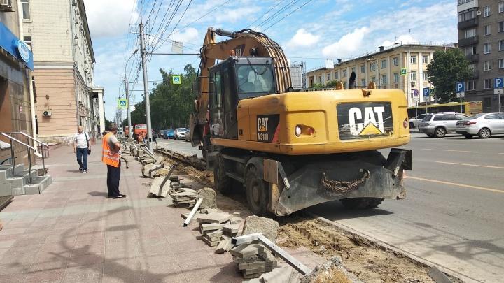 Фото: на Красном проспекте перекопали тротуары