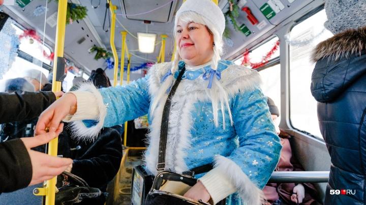 «Люблю свою работу и праздники». В Перми кондуктор автобуса встречает пассажиров в образе Снегурочки