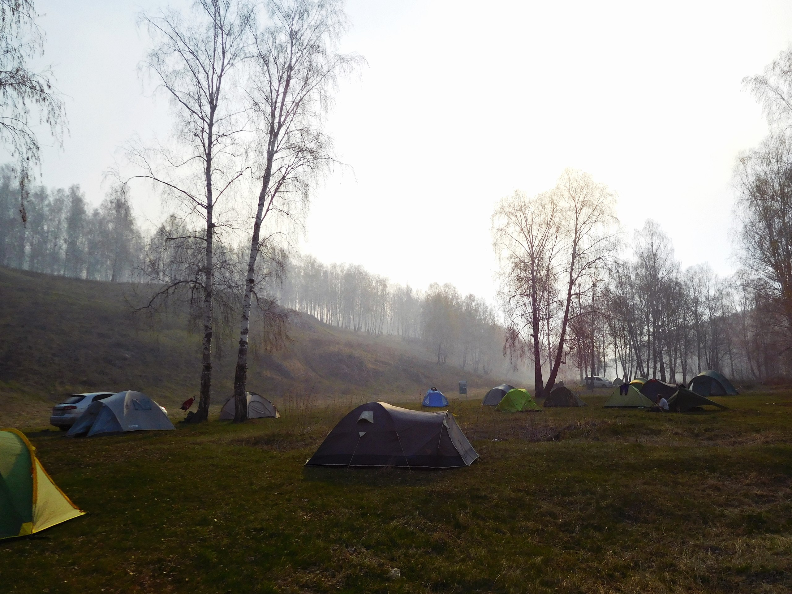 У порога —удобная площадка для палаток