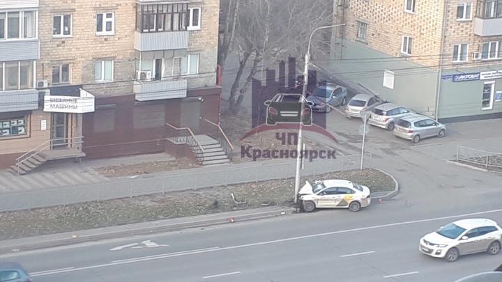 Такси с пассажирами на скорости влетело в столб на Партизана Железняка