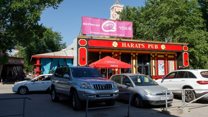 «Сегодня мы работаем последний день»: В Волгограде возле городского сада выжили Harat's Pub