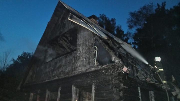 В садах на Уралмаше сгорел дом из-за оставленного без присмотра кипятильника