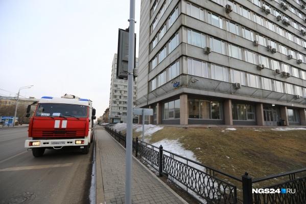 Пожарная машина дежурит возле здания Заксобрания края