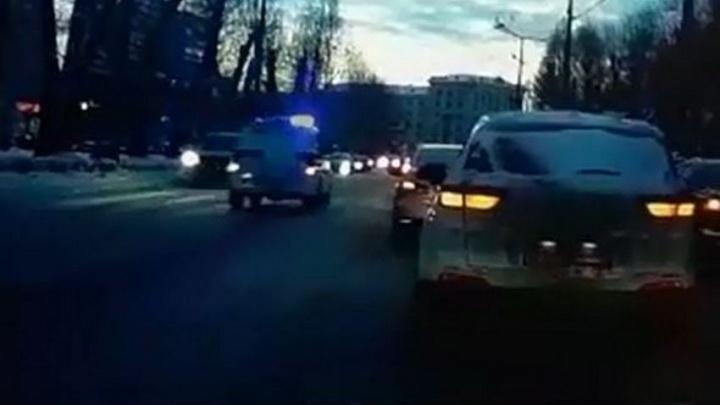 Появилось видео с полицейским УАЗом, который таранит легковушку на встречке