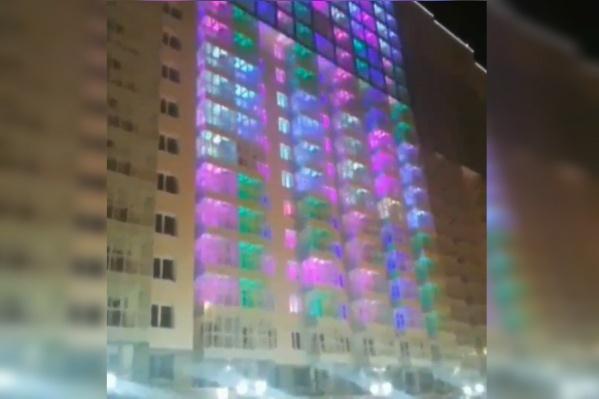 Окна домов переливаются яркими цветами
