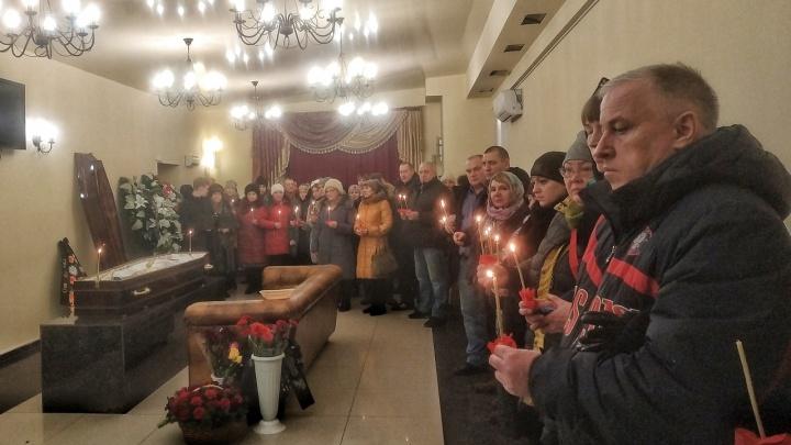 «Мы скорбим вместе с вами»: в Соликамске простились с тремя погибшими в шахте строителями