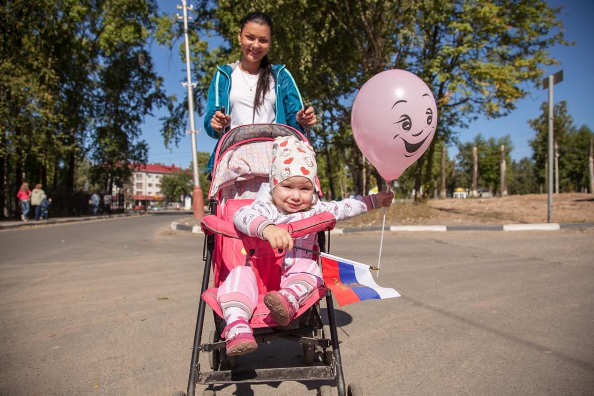С 1994 года малообеспеченные семьи получают на ребёнка после полутора лет по 50 рублей в месяц
