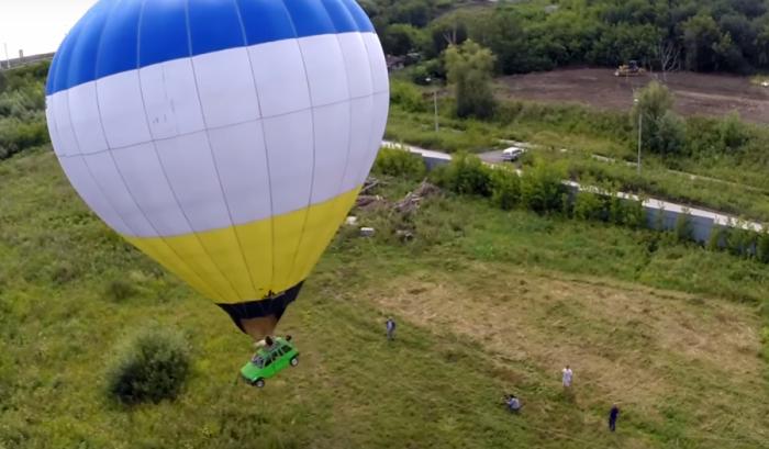 Новосибирец поднялся в небо на воздушном шаре с «Окой» вместо корзины
