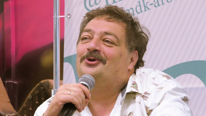 Красноярец требует от СК проверить писателя Быкова за сравнение гитлеровцев с освободителями России