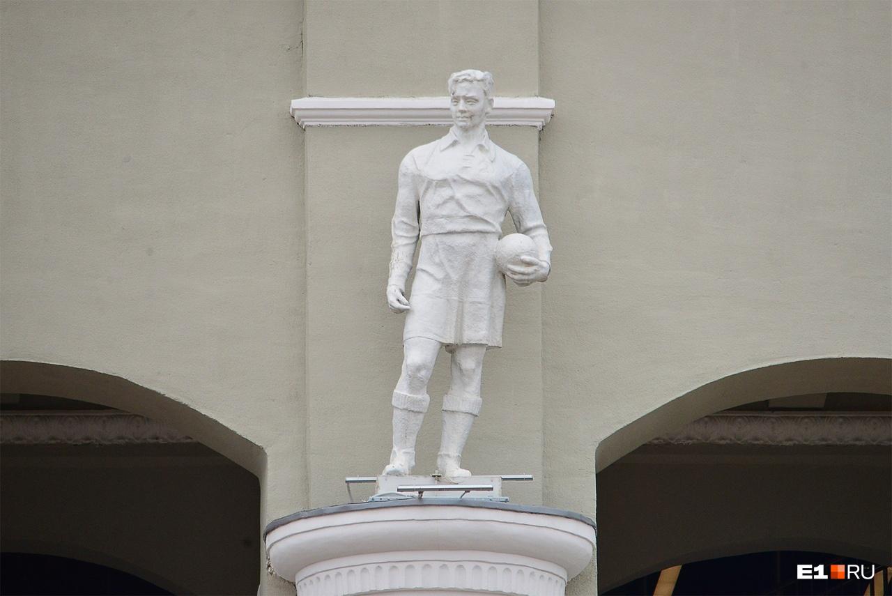 На фасаде могли изобразить центрального нападающего и полузащитника Василия Бузунова