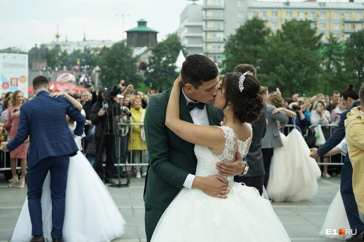 А на «Городской свадьбе» сегодня расписались 25 пар