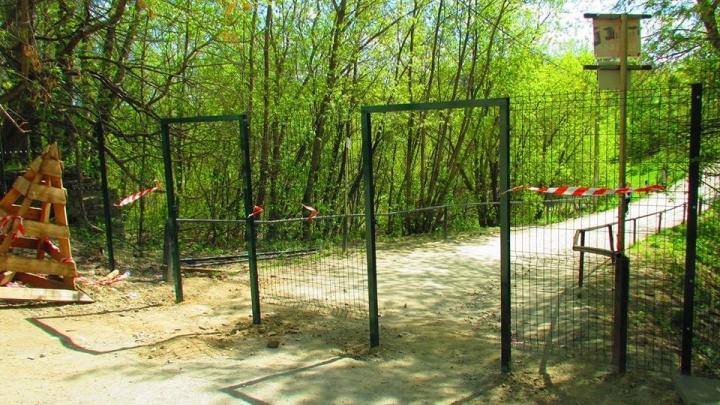 Не перекроют ли вход в парк? ЦПКиО огородили высоким забором со стороны улицы Щорса