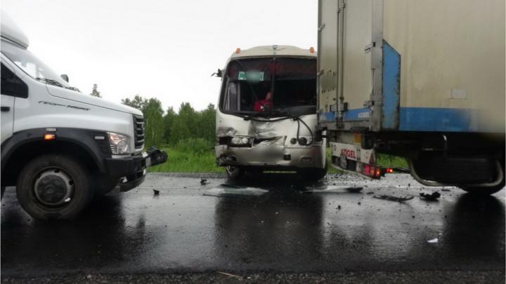 На трассе «Иртыш» в Курганской области рейсовый автобус столкнулся с тремя автомобилями