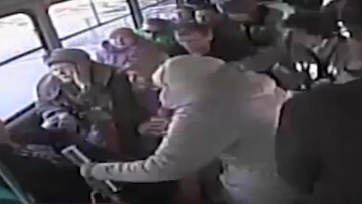Пассажирка отлетела в начало вагона: ДТП с трамваем на ВИЗ-бульваре попало на видео