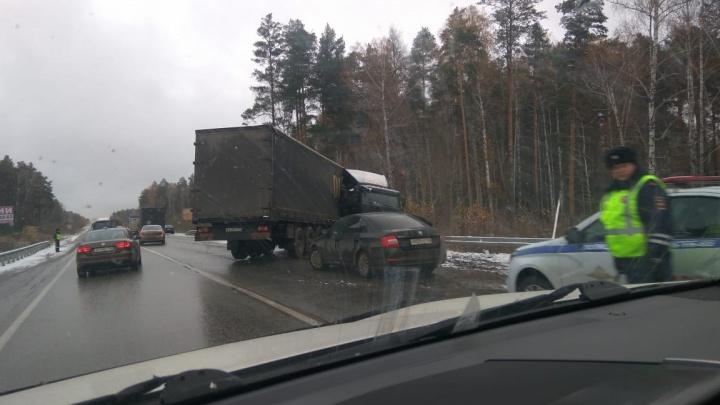 Мокрый снег спровоцировал множество аварий и огромные пробки в Екатеринбурге