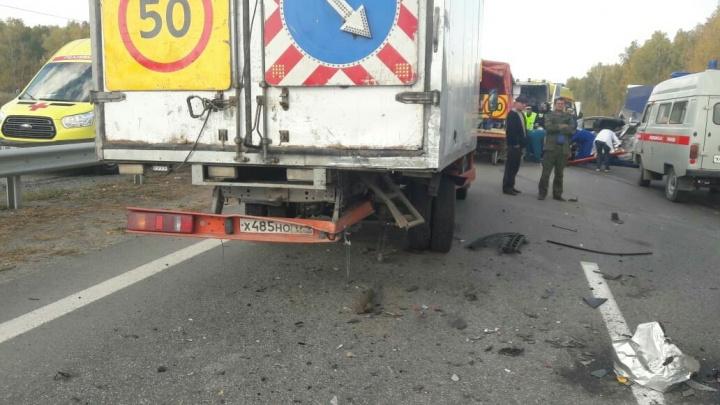 Один погиб, двое ранены: на выезде из Челябинска иномарка влетела в машину дорожной службы