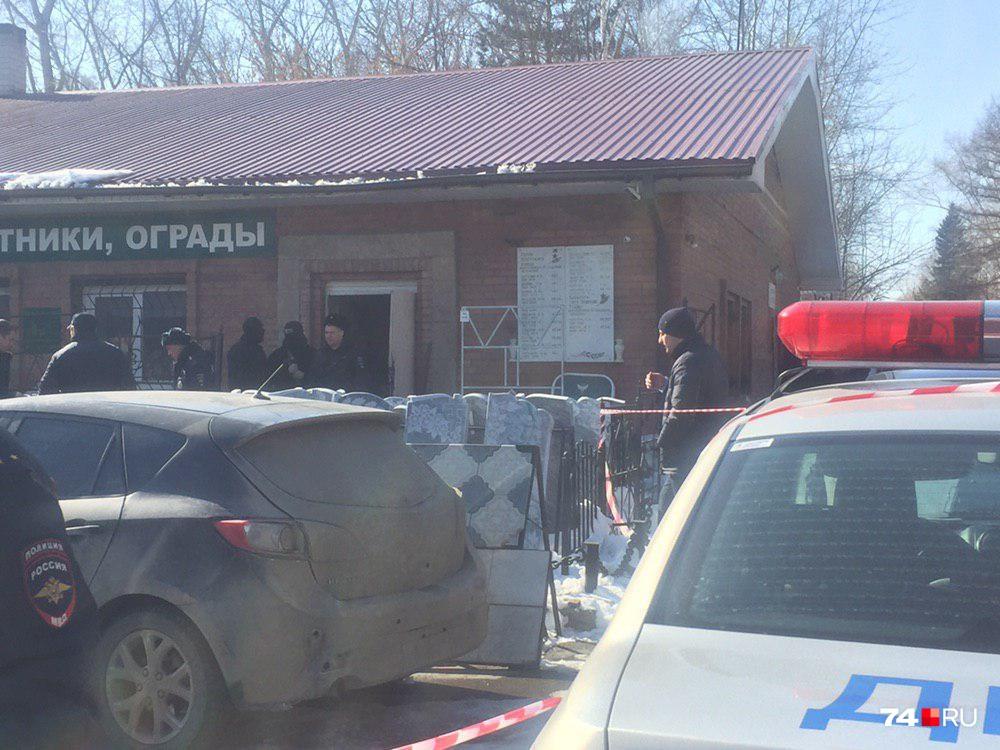 В здании администрации кладбища выломали одну из дверей
