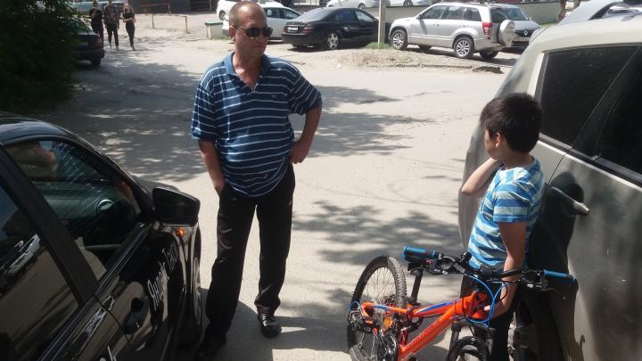 «Поставить на учёт»: в Волгограде ребёнок-инвалид протаранил на велосипеде такси