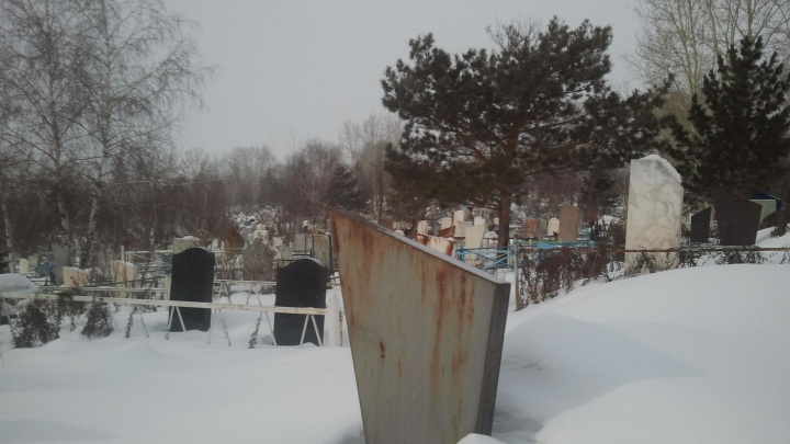Сбитого четырьмя машинами мужчину выкопали из могилы, чтобы найти виновного в смерти