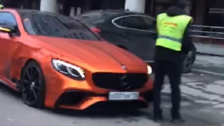 Сын Игоря Алтушкина в центре Екатеринбурга разбил Mercedes за несколько миллионов рублей
