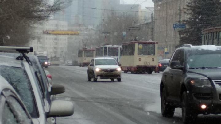 «Когда поедут, неизвестно»: в центре Челябинска из-за неисправности путей встали трамваи