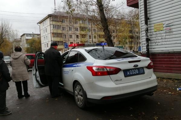 Обеспокоенные тюменцы заметили машину ГИБДД. Позже выяснилось, что на этом участке дороги сбили маленького ребенка