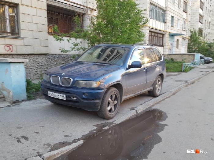 Этому водителю всё равно, что он полностью перекрыл тротуар