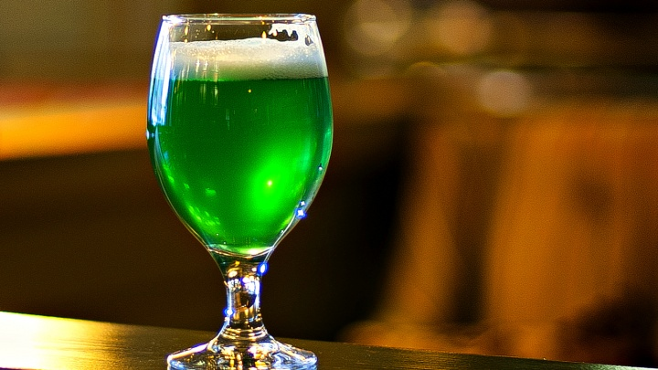 В Новосибирске сварили модное пиво — у него радикально зелёный цвет и аромат белого вина