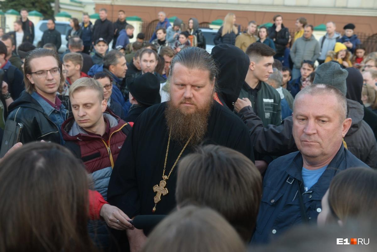 Настоятель Храма на Крови Максим Миняйло несколько дней ходил на акции протеста, чтобы разговаривать с защитниками сквера. Его сопровождал Мезенин