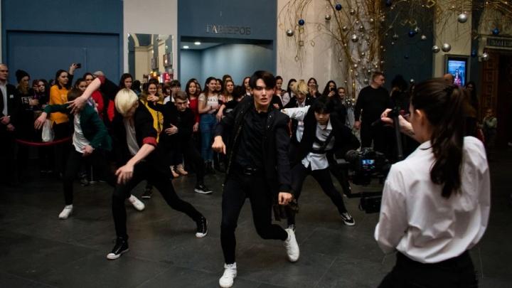 Новосибирцы повторили танец популярной корейской группы в «Победе»