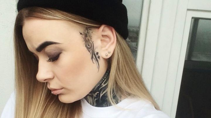 «Люди прожигают меня взглядом»: как живут новосибирцы с татуировками на лице