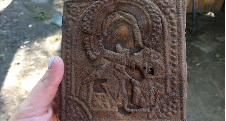«Цена ей 300 рублей, но это часть истории»: градозащитники нашли икону XIX века в Нижнем Новгороде