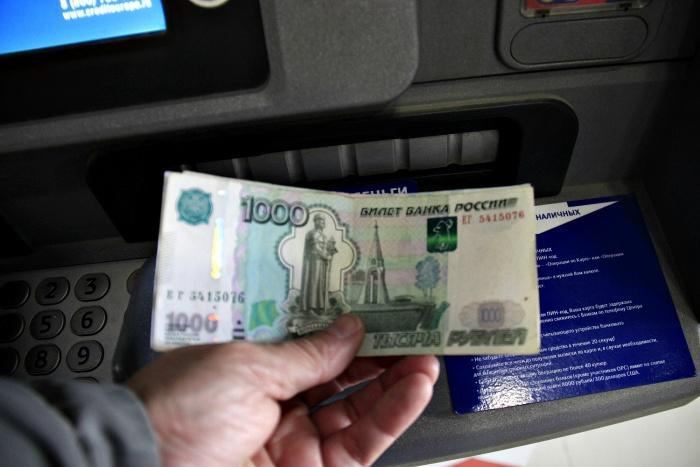Мужчина забрал забытые в банкомате деньги и попал под уголовное дело