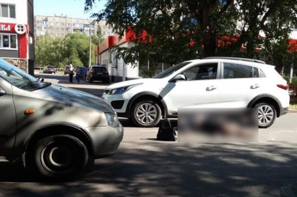 От удара женщину откинуло на другой автомобиль